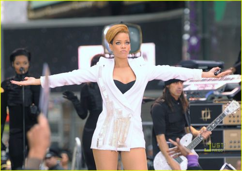 Rihanna-good-morning-america-14