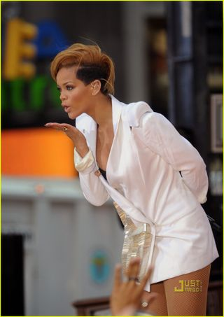 Rihanna-good-morning-america-18