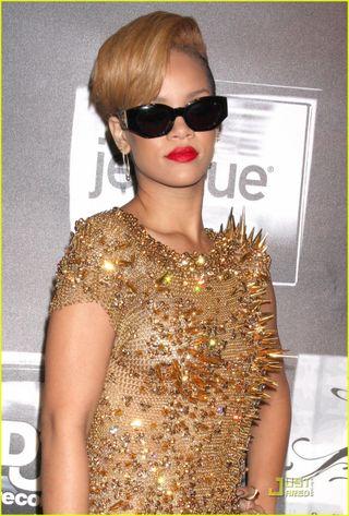 Rihanna-gold-glittering-girl-02