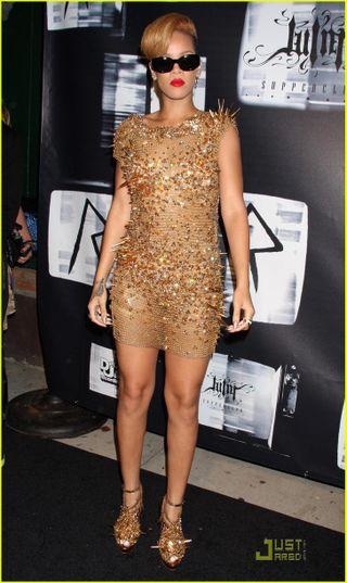 Rihanna-gold-glittering-girl-01