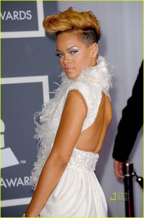 Rihanna-grammys-red-carpet-2010-02