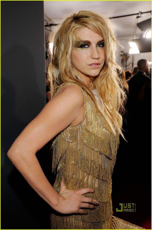Kesha-grammys-red-carpet-2010-03
