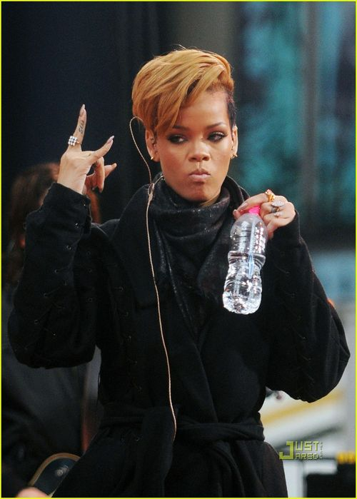 Rihanna-good-morning-america-09
